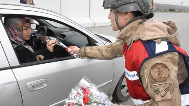 Jandarma, araçları bu kez karanfil vermek için durdurdu