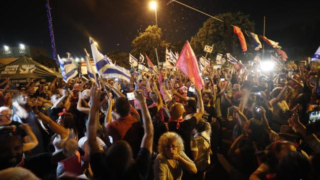 Netanyahu kaybetti, eline bayrağı alan kendini sokağa attı